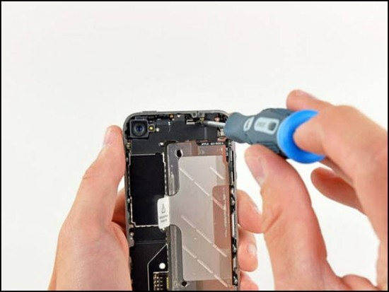 iphone4 04 550x413 How to Disassemble an iPhone 4