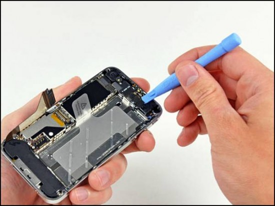 iphone4 08 550x412 How to Disassemble an iPhone 4