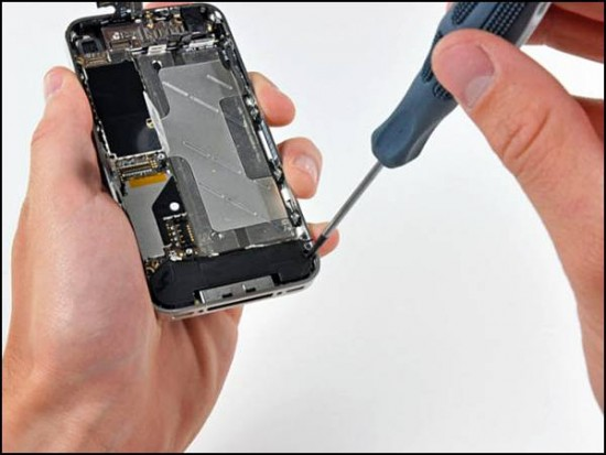 iphone4 10 550x413 How to Disassemble an iPhone 4
