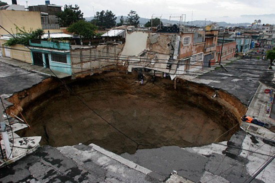 7. Guatemala City Sinkhole USA 550x366 Seven Shocking Wonders of the World
