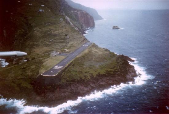 Juancho E. Yrausquin Airport 550x371 Top 10 Dangerous Airports