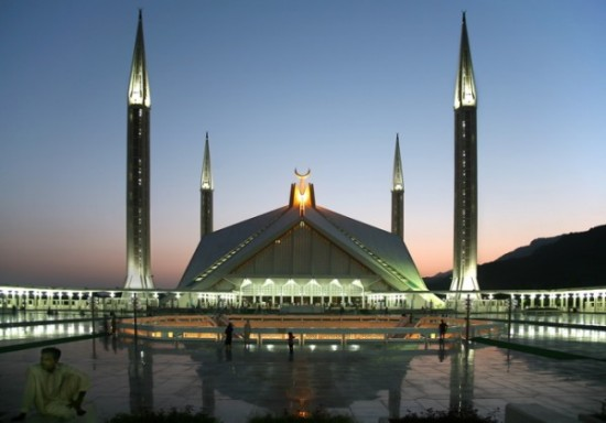 World's Largest Mosques Shah Feisal mosque 550x384 Top 10 Largest Things