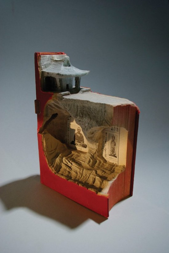 00009853 550x821 Fascinating Book Sculptures