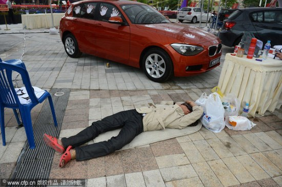 car touching competition5 550x365 Man Wins The Drive Of BMW After Keeping His Hand Glued For 87 Hours