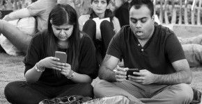 """The Death of Conversation"" Due to Smartphones Through The Eyes of One Photographer"