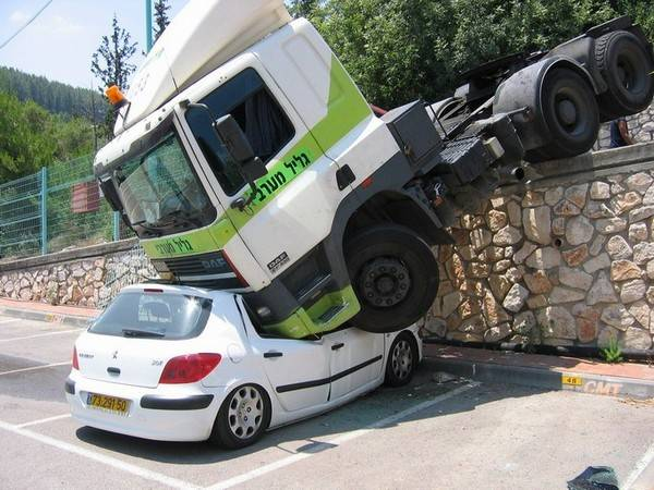 4f30fd602bb6832abf037799dff3c138 25 Photos Of The Most Stupid Car Accidents